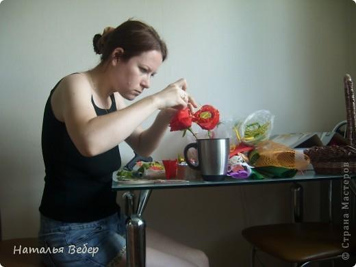 Вот собственно первая часть подарка-сладкий букетик)))Корзинку плела раньше http://stranamasterov.ru/node/215543 ,сегодня занялась её наполнением! фото 4