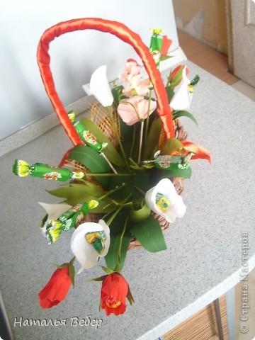 Вот собственно первая часть подарка-сладкий букетик)))Корзинку плела раньше http://stranamasterov.ru/node/215543 ,сегодня занялась её наполнением! фото 10