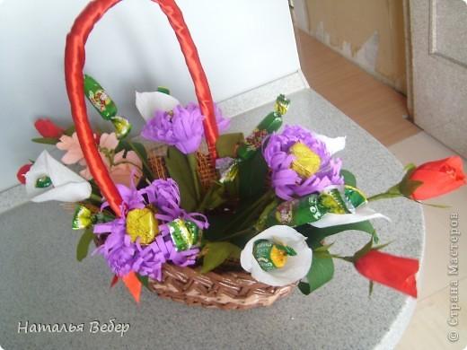 Вот собственно первая часть подарка-сладкий букетик)))Корзинку плела раньше http://stranamasterov.ru/node/215543 ,сегодня занялась её наполнением! фото 11