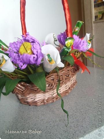 Вот собственно первая часть подарка-сладкий букетик)))Корзинку плела раньше http://stranamasterov.ru/node/215543 ,сегодня занялась её наполнением! фото 12