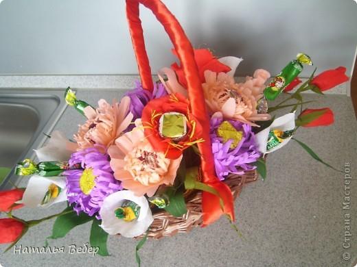 Вот собственно первая часть подарка-сладкий букетик)))Корзинку плела раньше http://stranamasterov.ru/node/215543 ,сегодня занялась её наполнением! фото 13