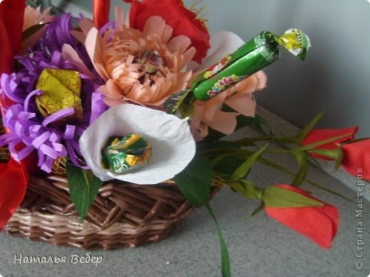Вот собственно первая часть подарка-сладкий букетик)))Корзинку плела раньше http://stranamasterov.ru/node/215543 ,сегодня занялась её наполнением! фото 14