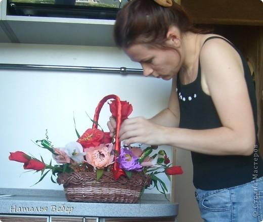 Вот собственно первая часть подарка-сладкий букетик)))Корзинку плела раньше http://stranamasterov.ru/node/215543 ,сегодня занялась её наполнением! фото 15