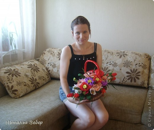 Вот собственно первая часть подарка-сладкий букетик)))Корзинку плела раньше http://stranamasterov.ru/node/215543 ,сегодня занялась её наполнением! фото 17