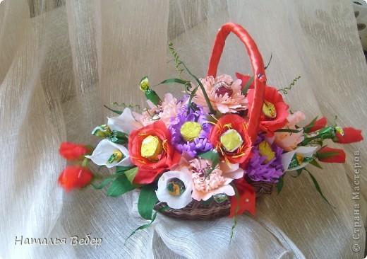 Вот собственно первая часть подарка-сладкий букетик)))Корзинку плела раньше http://stranamasterov.ru/node/215543 ,сегодня занялась её наполнением! фото 1