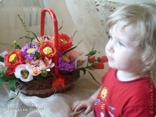 Вот собственно первая часть подарка-сладкий букетик)))Корзинку плела раньше http://stranamasterov.ru/node/215543 ,сегодня занялась её наполнением! фото 21