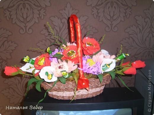 Вот собственно первая часть подарка-сладкий букетик)))Корзинку плела раньше http://stranamasterov.ru/node/215543 ,сегодня занялась её наполнением! фото 22