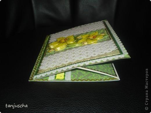 Эту открытку хочется назвать Бархатная роскошь. Открытка сделана из зелёной бумаги с узорами из бархата. Открытка сделана в технике пергамано. Орхидея сделана в 3д.  фото 3