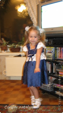 """Хочу похвастаться, как мы с дочерью соорудили внучке на Новый год платье за один день! Нашла у меня внучка шарфик и все в него заворачивалась,очень уж он ей понравился!Дочь посмотрела на это и говорит:""""Мам,а если я свяжу верх,ты приделаешь юбочку?"""" -Легко.- ответила я ,и мы принялись за работу.Дочка быстренько сварганила кокетку с лямочками а я собрала шарфик складками с запахом для юбочки.Все вместе сшили,по кокетке продернули ленточку,посмотрели,чего-то не хватает,и я предложила надвязать крылышки.Вот такое платьишко у нас получилось!Внучка была счастлива.а мы довольны. фото 1"""