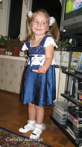 """Хочу похвастаться, как мы с дочерью соорудили внучке на Новый год платье за один день! Нашла у меня внучка шарфик и все в него заворачивалась,очень уж он ей понравился!Дочь посмотрела на это и говорит:""""Мам,а если я свяжу верх,ты приделаешь юбочку?"""" -Легко.- ответила я ,и мы принялись за работу.Дочка быстренько сварганила кокетку с лямочками а я собрала шарфик складками с запахом для юбочки.Все вместе сшили,по кокетке продернули ленточку,посмотрели,чего-то не хватает,и я предложила надвязать крылышки.Вот такое платьишко у нас получилось!Внучка была счастлива.а мы довольны. фото 2"""