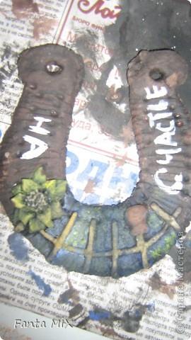 Недавно увлеклась подковами.И вот, родилась у меня серия подков.Выполнены из соленого теста,раскрашены гуашью,покрыты алкидным лаком.(Упс...не обращайте пожалуйста внимание на безделушку в левом нижнем углу) фото 6