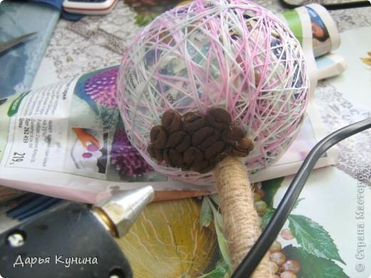 """Всем здравствуйте! Давно хотела сделать такое деревце! Делать его одно удовольствие)))))) Хочу показать вам как оно создавалось) Возможно мой материал кому-то понадобится))))) Итак, приступим...... Нам понадобится: газета, нитки типа """"ирис"""", палка деревянная или трубочка (ствол), зерна кофейные, шпагат, стаканчик или маленький горшочек для цветов, ткань, лента атласная, клей любой (момент, ПВА, клеевой пистолет),гипс,ХОРОШЕЕ НАСТРОЕНИЕ)))))) фото 9"""