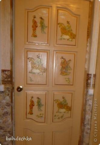 Вот такие  шкафы нежнорозового цвета украшают стенку моей комнаты. Первым  шкафом  был построен двухстворчатый. А когда мне пришла мысль в голову отодвинуть кровать от стены ,тогда и родился проект  другого трехсворчатого шкафа с расписными дверцами. фото 3