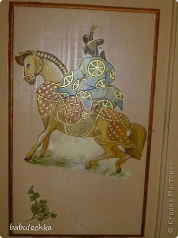 Вот такие  шкафы нежнорозового цвета украшают стенку моей комнаты. Первым  шкафом  был построен двухстворчатый. А когда мне пришла мысль в голову отодвинуть кровать от стены ,тогда и родился проект  другого трехсворчатого шкафа с расписными дверцами. фото 4