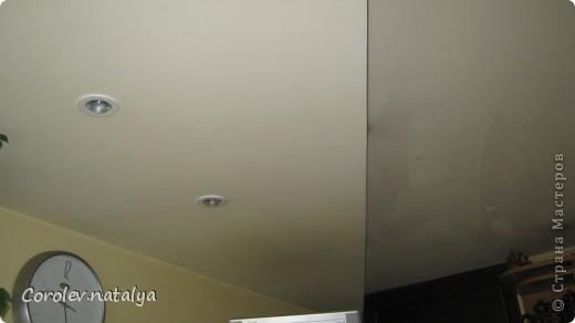 Здравствуйте мастера и мастерицы! Хочу представить на ваш суд одни из работ моего мужа.Этот потолок в кухне он спроектировал и сделал сам.Свет на треугольной панели зажигается отдельно - это освещение над столом. фото 2