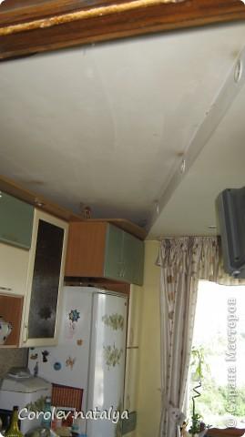 Здравствуйте мастера и мастерицы! Хочу представить на ваш суд одни из работ моего мужа.Этот потолок в кухне он спроектировал и сделал сам.Свет на треугольной панели зажигается отдельно - это освещение над столом. фото 3