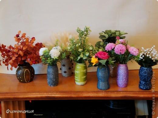 Как-то не могла найти мини вазочки для цветочков из пластики, пришла идея делать самой из бутылочек из-под молочных продуктов. Вазочки нашлись, а идея осталась. Решила попробовать. Вам судить, что получилось. Возможно, кто-то и воспользуется, хотя уверена, что идея не нова. Т.к. цель были вазочки, то букетики составляла из того, что было под рукой. Просто чтобы вазочки смотрелись повеселей. фото 1