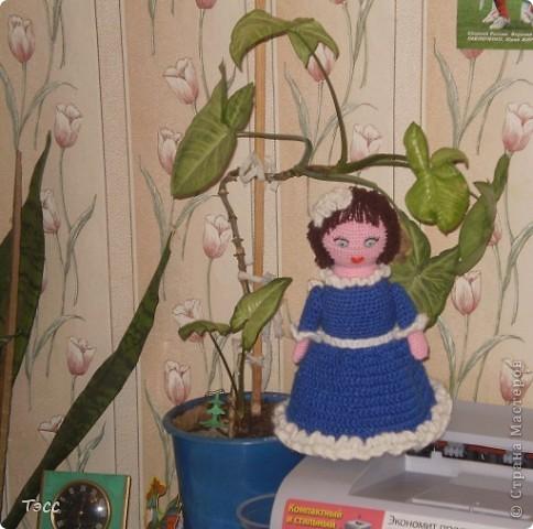 Если честно, не очень люблю делать кукол, наверное, просто не умею. Но в детском саду попросили сделать игрушку на конкурс. Вообще наши воспитатели не давали нам спокойно сидеть, всё время заставляли нас что-нибудь придумывать, за что им большое спасибо. В итоге получилась вот такая кукла. Голова из пластикового мяча от детского боулинга, обвязали ст. б/н розовым цветом там, где должно быть лицо, а на месте волос вязала коричневыми нитками вытянутыми петлями - получилась причёска. Туловище получилось из пластиковой банки от питьевого йогурта. Лицо вышито. фото 1