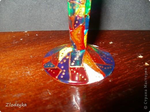 Мой очередной эксперемент,нашла в шкафу старую рюмку и решила его преобразить в подсвечник.При помощи моих акриловых красок для стекла и контуров для стекла получилась вот такая радуга фото 3
