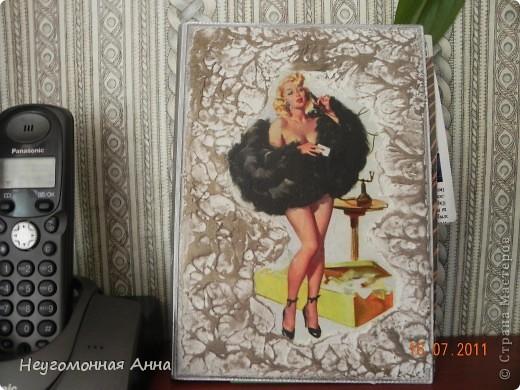 Была у меня обычная телефонная книжка. Из искусственной кожи, коричневая. Смотрела я на неё, смотрела и решила, что очень уж она скучная.  Вот и переделала. Теперь она такая. фото 5