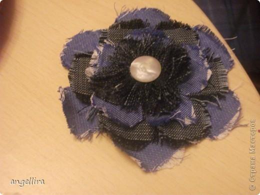 В последнее время мне очень захотелось научиться делать цветочки. Инструментов у меня  к сожалению нет, поэтому пользуюсь подручными средствами. Этот цветок из разных джинсовых тканей. Проба. фото 2