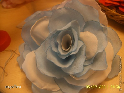 Очень мне нравится делать эти цветочки из х/б, ярких тканей. Приспособить можно куда угодно и на волосы, и на руку, как браслетик и на шею и на сумку и на платье ребенку или себе :) фото 11