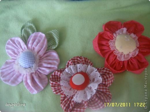 Очень мне нравится делать эти цветочки из х/б, ярких тканей. Приспособить можно куда угодно и на волосы, и на руку, как браслетик и на шею и на сумку и на платье ребенку или себе :) фото 2
