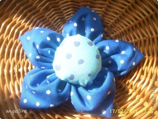 Очень мне нравится делать эти цветочки из х/б, ярких тканей. Приспособить можно куда угодно и на волосы, и на руку, как браслетик и на шею и на сумку и на платье ребенку или себе :) фото 3