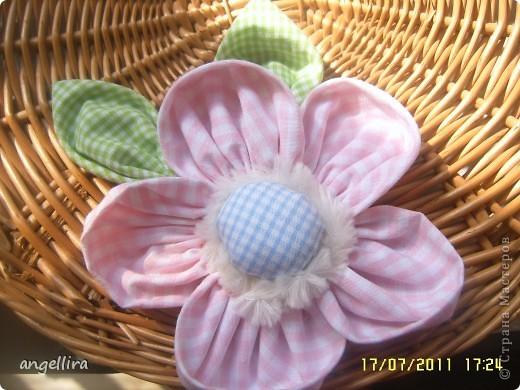 Очень мне нравится делать эти цветочки из х/б, ярких тканей. Приспособить можно куда угодно и на волосы, и на руку, как браслетик и на шею и на сумку и на платье ребенку или себе :) фото 1