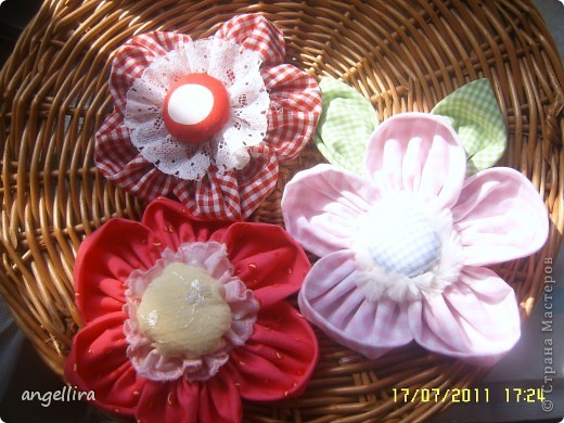 Очень мне нравится делать эти цветочки из х/б, ярких тканей. Приспособить можно куда угодно и на волосы, и на руку, как браслетик и на шею и на сумку и на платье ребенку или себе :) фото 4