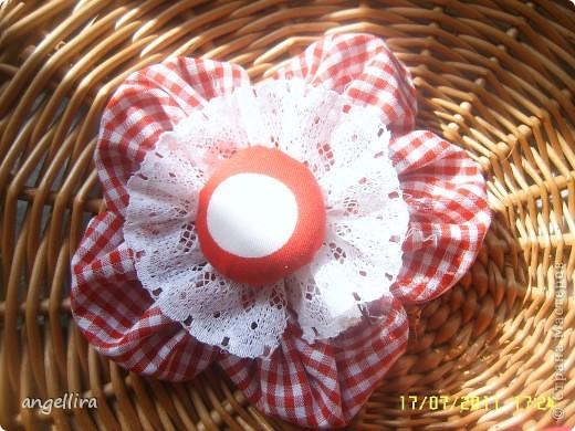 Очень мне нравится делать эти цветочки из х/б, ярких тканей. Приспособить можно куда угодно и на волосы, и на руку, как браслетик и на шею и на сумку и на платье ребенку или себе :) фото 5