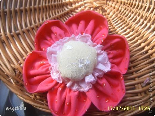 Очень мне нравится делать эти цветочки из х/б, ярких тканей. Приспособить можно куда угодно и на волосы, и на руку, как браслетик и на шею и на сумку и на платье ребенку или себе :) фото 6