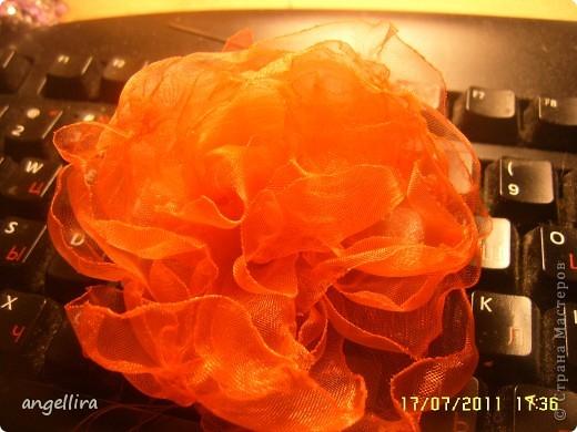 Очень мне нравится делать эти цветочки из х/б, ярких тканей. Приспособить можно куда угодно и на волосы, и на руку, как браслетик и на шею и на сумку и на платье ребенку или себе :) фото 8