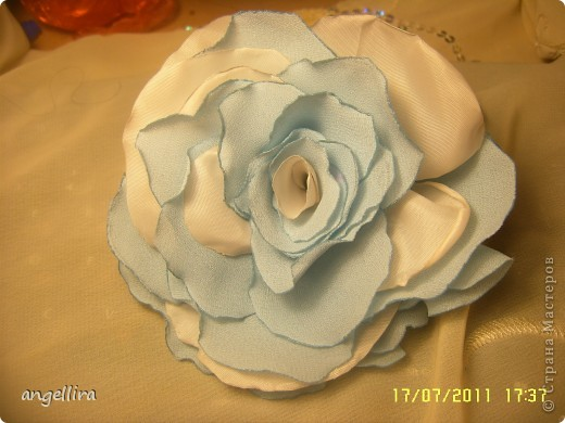 Очень мне нравится делать эти цветочки из х/б, ярких тканей. Приспособить можно куда угодно и на волосы, и на руку, как браслетик и на шею и на сумку и на платье ребенку или себе :) фото 10