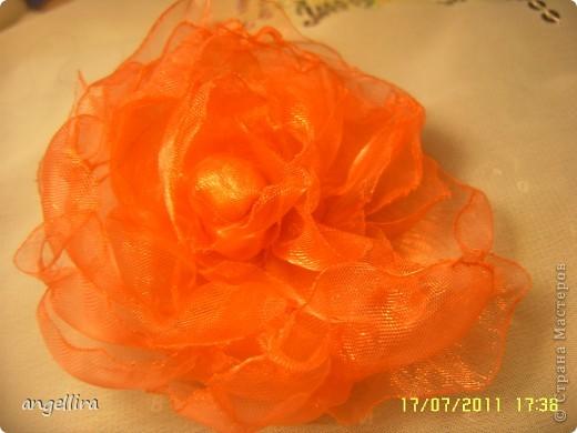 Очень мне нравится делать эти цветочки из х/б, ярких тканей. Приспособить можно куда угодно и на волосы, и на руку, как браслетик и на шею и на сумку и на платье ребенку или себе :) фото 9