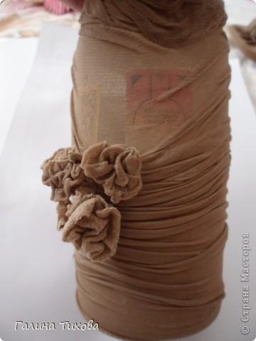 Вот такая бутылка получается, если её декорировать старыми эластичными колготками.  Идейный вдохновитель ЭВА    http://stranamasterov.ru/node/157165 фото 15