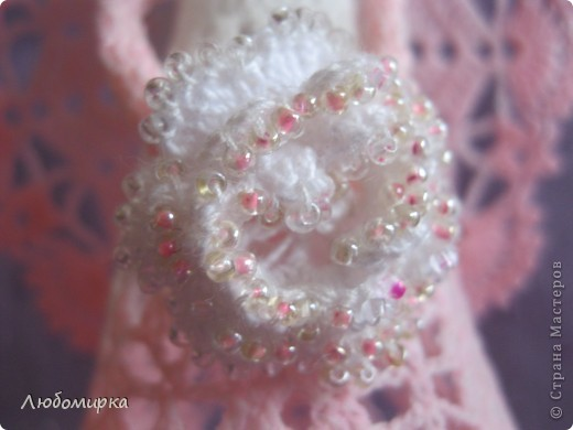 Ещё один ангелок в моей коллекции: бело-розовый с белой розой, которая отделана бисером. фото 3