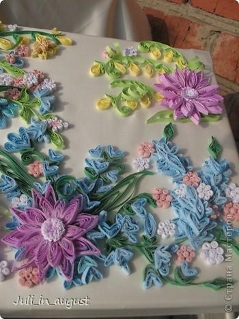 Наконец-то я закончила свою свадебную коробочку. Начала её еще месяц назад, но так как времени очень мало, так как занималась ей только после работы и в выходные, то делала долго. Долго думала, какой узор изобразить на своей коробке, лазала по разным сайтам, и в итоге вдохновилась я работой увиденной на сайте http://www.paper-studio.ru/big_gallery/img_4857.jpg,  которую сначала увидела у Ольги Студниковой http://stranamasterov.ru/node/97875. Спасибо большое за вдохновение. Так как изначально площадь работы была большая, пришлось картинку дофантазировать самой, надеюсь ничего не испортила!!! Коробкой ооочень довольна, так как её первую начала, но делала дольше всего, параллельно сделала 2 открытки (можете их тоже посмотреть в моем блоге) Приятного просмотра! :) фото 5