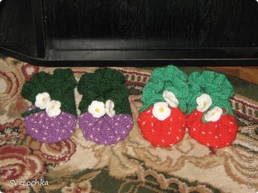Ну вот и готов подарок для нашей маленькой подружки Веронички, это ежевички, связаны по схеме как пинетки-землянички. фото 2