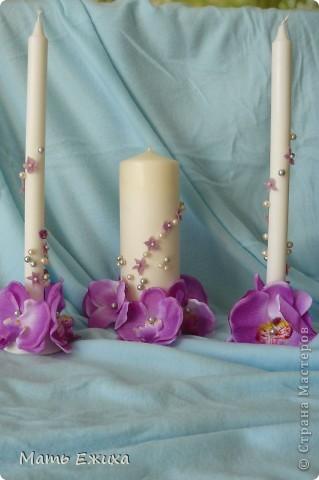 свадебные свечи - готовый вариант. Сами свечи - из Икеи. Набор из длинных тонких свечей и толстые - отдельно. + подставки - для тонких - стеклянные, для толстой - металлическая. Дешево. Удобно. Быстро. Цветы - орхидеи на длинной ножке (разобраны на запчасти) из магазина фикспрайс (все по 36 р.) Немного цветочков, бусин.... Спасибо Мастерам за великолепные идеи! фото 1
