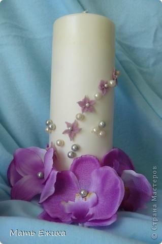 свадебные свечи - готовый вариант. Сами свечи - из Икеи. Набор из длинных тонких свечей и толстые - отдельно. + подставки - для тонких - стеклянные, для толстой - металлическая. Дешево. Удобно. Быстро. Цветы - орхидеи на длинной ножке (разобраны на запчасти) из магазина фикспрайс (все по 36 р.) Немного цветочков, бусин.... Спасибо Мастерам за великолепные идеи! фото 2