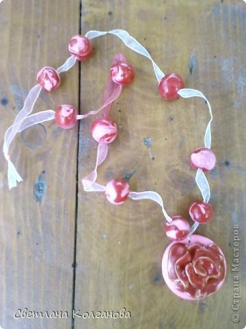 Снова налепила новых кулонов, а то их быстро раскупают...Вот такие веселые расцветки получились, делала цветы под бусины, две бусины с синим у меня остались после узорчатых бус. Уже успешно продан. фото 4
