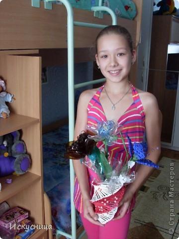 Племянница с букетом.