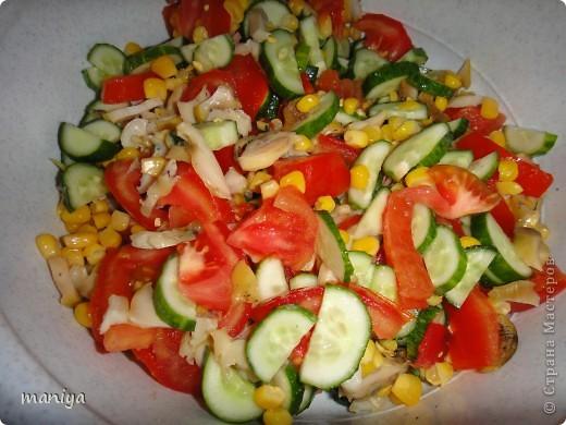 это рецепт легкого салата из рапанов. по фотографии видны все его компоненты - помидоры - огурцы - конс.кукуруза - вареные рапаны. заправляем по вкусу майонезом. фото 1
