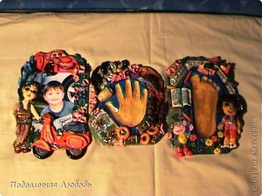 Наконец то я закончила эту работу! Два месяца! Знакомьтесь, мои внучата-двойняшки: Глеб и Тарас. Это не просто красочные рамочки. Все то, что изображено на всех этих рамках-панно - это любимые герои мультиков или сказок, лакомства, увлечения и игрушки каждого из малышей. Здесь ничего нет случайного. Другими словами - это молчаливый рассказ о мальчиках. фото 4