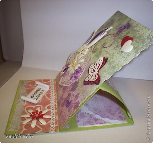 Первый раз я делала открытку на свадьбу! Задумок было много, но дочкой была куплена удивительно красивая, но очень не традиционная по цвету скрапбумага - фиолетово-сиреневая с переходом в зелено-салатовую!!! Муки творчества были долгими..., результат перед вами...  Молодоженам понравилась! фото 3