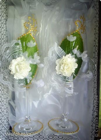 Первый раз я делала открытку на свадьбу! Задумок было много, но дочкой была куплена удивительно красивая, но очень не традиционная по цвету скрапбумага - фиолетово-сиреневая с переходом в зелено-салатовую!!! Муки творчества были долгими..., результат перед вами...  Молодоженам понравилась! фото 9
