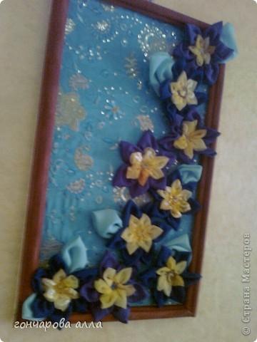 первое моё творение во всех техниках,очень сложно было сделать багет,с углами ох и намучилась,цветы собирались с большим интересом и удовольствием,ну и монтаж картины тоже пришлось повозиться,зато результатом довольна