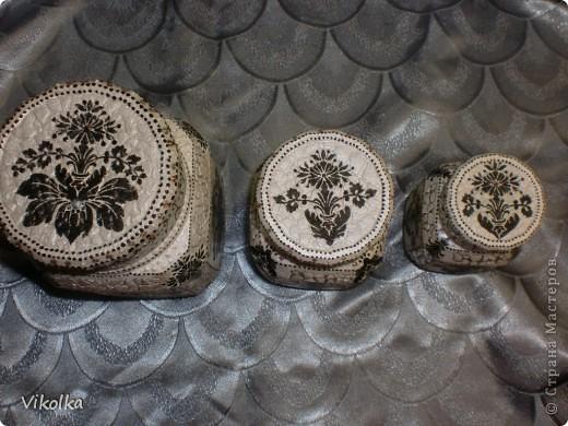 Наконец -то я нашла применение салфетке с черно-белым  мотивом. Купила её давно, еще не увлекаясь декупажем. Мне нужна была салфеточка для оформления рамки к моей вышивке в стиле блэкворк Её я уже выставляла в моем блоге). фото 3