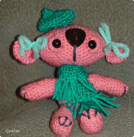 Моя первая вязанная игрушка Пинки, до этого вязать можно так сказать не умела. Поэтому много недочетов, буду дальше стараться, а вдохновила меня Жанна С. За что ей большое спасибо. До этого я только что и делала завидовала, теперь что то крючу сама) фото 2
